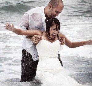 assurance mariage ccommons-CasaFragma-Trash_the_dress_-_Wetlook_in_wedding_clothes_-_Heterosexual_couple_in_sea